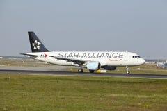 Aeroporto di Francoforte - Airbus A320-214 di Austrian Airlines decolla Fotografie Stock