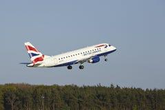 Aeroporto di Francoforte - Embraer 170 di British Airways decolla immagine stock libera da diritti