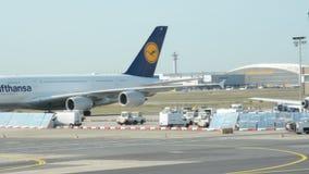 Aeroporto di Francoforte un giorno soleggiato archivi video