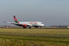 Aeroporto di Schiphol, l'Olanda Settentrionale/Paesi Bassi - 16 febbraio 2019: Kenya Airways Boeing 787-8 Dreamliner 5Y-KZF fotografia stock
