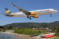 Aeroporto di Skiathos dell'aeroplano di Thomas Cook Airlines Airbus A321 Fotografie Stock Libere da Diritti