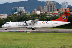 Aeroporto di Taipei Songshan dell'aeroplano di ATR 72-500 di TransAsia Airways Fotografia Stock Libera da Diritti