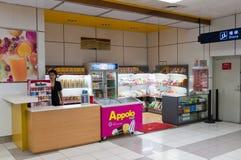 Aeroporto di Zhuhai - negozio di alimentari in corridoio Immagini Stock Libere da Diritti