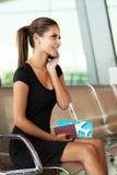 Aeroporto do telefone da mulher de negócios Foto de Stock