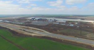 Aeroporto e arredores Uma ideia aérea dos ganchos e dos arredores do aeroporto Vista aérea de nível elevado do vídeos de arquivo