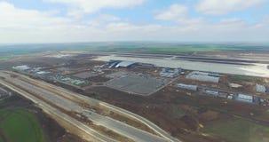 Aeroporto e arredores Uma ideia aérea dos ganchos e dos arredores do aeroporto Vista aérea de nível elevado do video estoque