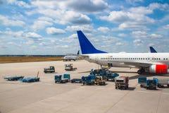 Aeroporto e luggagecars Fotografia Stock Libera da Diritti
