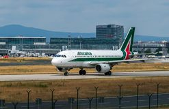 AEROPORTO FRANCOFORTE, ALEMANHA: 23 DE JUNHO DE 2017: Airbus A320-200 Alital Fotografia de Stock Royalty Free