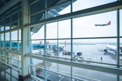 Aeroporto fuori della finestra in pioggia immagine stock libera da diritti