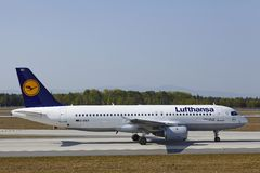 Aeroporto internacional de Francoforte - Airbus A320 de Lufthansa aterra Fotografia de Stock Royalty Free