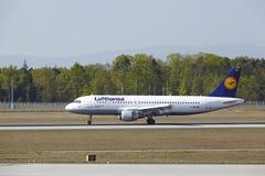 Aeroporto internacional de Francoforte - Airbus A320 de Lufthansa aterra Fotos de Stock