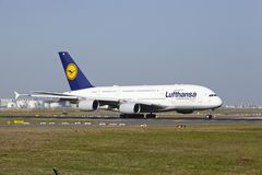 Aeroporto internacional de Francoforte - Airbus A380 de Lufthansa decola Fotografia de Stock