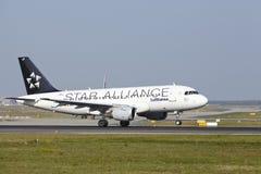 Aeroporto internacional de Francoforte - Airbus A319-114 de Lufthansa decola Imagem de Stock