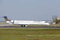 Aeroporto internacional de Francoforte - Canadair CRJ-900LR de Lufthansa CityLine decola Imagens de Stock