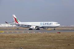 Aeroporto internacional de Francoforte - SriLankan Airlines Airbus A330 decola Imagem de Stock