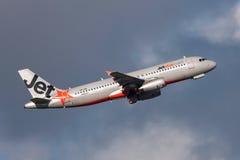Aeroporto internacional de partida de Jetstar Airways Airbus A320-232 VH-JQL Melbourne Fotos de Stock
