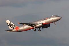 Aeroporto internacional de partida de Jetstar Airways Airbus A320-232 VH-VQM Melbourne Fotos de Stock Royalty Free