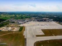 Aeroporto internacional em Balice, Krakow, Polônia Silhueta do homem de negócio Cowering Imagem de Stock