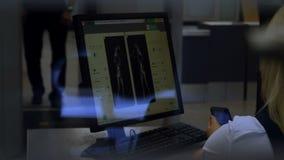 Aeroporto internazionale Analizzatore pieno del corpo stock footage