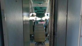 Aeroporto internazionale di Kiev Nella cabina di pilotaggio dell'aereo invece dei piloti stock footage