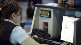 In aeroporto la donna sta lavorando con il computer che si siede nell'area reception archivi video