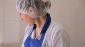 In aeroporto la femmina sta lavorando con l'alimento che cammina su e giù stock footage