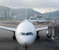 Aeroporto moderno com aviões Fotografia de Stock Royalty Free