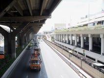 Aeroporto na junção de DONMUANG para o ônibus local da estrada de ferro e avião em BANGUECOQUE fotos de stock royalty free