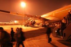 Aeroporto occupato di notte. Passangers di fretta. Fotografie Stock