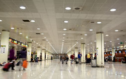 Aeroporto ocupado na manhã. Fotos de Stock