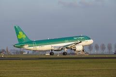 Aeroporto Schiphol de Amsterdão - Air Lingus Airbus A320 aterra Fotografia de Stock