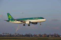 Aeroporto Schiphol de Amsterdão - Air Lingus Airbus A320 aterra Fotos de Stock Royalty Free