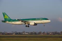 Aeroporto Schiphol de Amsterdão - Air Lingus Airbus A320 aterra Imagem de Stock