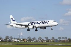 Aeroporto Schiphol de Amsterdão - Airbus 321 de Finnair aterra Fotografia de Stock