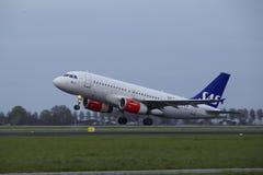 Aeroporto Schiphol de Amsterdão - Airbus A319 de linhas aéreas escandinavas do SAS decola Imagens de Stock Royalty Free