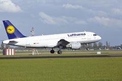 Aeroporto Schiphol de Amsterdão - Airbus A319 de Lufthansa aterra Fotos de Stock Royalty Free