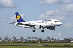 Aeroporto Schiphol de Amsterdão - Airbus A319 de Lufthansa aterra Fotografia de Stock Royalty Free