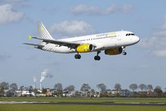Aeroporto Schiphol de Amsterdão - Airbus A320 de Vueling aterra Fotografia de Stock