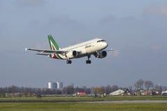 Aeroporto Schiphol de Amsterdão - Allitalia Airbus A319 aterra Fotos de Stock