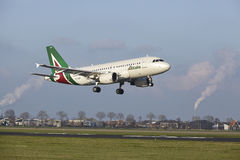 Aeroporto Schiphol de Amsterdão - Allitalia Airbus A319 aterra Imagem de Stock Royalty Free