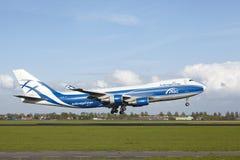 Aeroporto Schiphol de Amsterdão - Boeing 747 de AirBridgeCargo aterra Foto de Stock Royalty Free