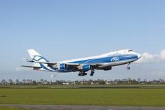 Aeroporto Schiphol de Amsterdão - Boeing 747 de AirBridgeCargo aterra Fotografia de Stock Royalty Free