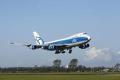 Aeroporto Schiphol de Amsterdão - Boeing 747 de AirBridgeCargo aterra Fotos de Stock Royalty Free