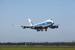 Aeroporto Schiphol de Amsterdão - Boeing 747 de AirBridgeCargo aterra Foto de Stock