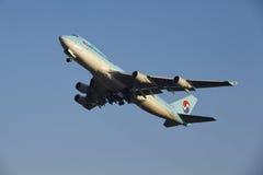 Aeroporto Schiphol de Amsterdão - a carga Boeing 747 de Korean Air decola Fotografia de Stock