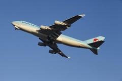Aeroporto Schiphol de Amsterdão - a carga Boeing 747 de Korean Air decola Imagem de Stock