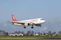 Aeroporto Schiphol de Amsterdão - A320 de Air Arabia Maroc aterra Fotos de Stock Royalty Free