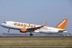 Aeroporto Schiphol de Amsterdão - EasyJet Airbus A320 decola Imagens de Stock