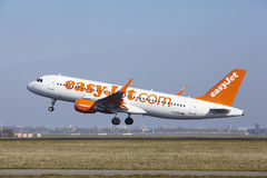 Aeroporto Schiphol de Amsterdão - EasyJet Airbus A320 decola Fotos de Stock Royalty Free