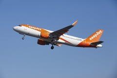 Aeroporto Schiphol de Amsterdão - EasyJet Airbus A320 decola Fotografia de Stock Royalty Free
